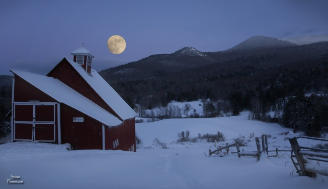 2017 12 31 stowe moon over barn