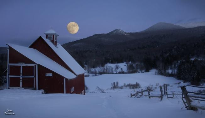 2017 12 31 stowe moon over barn